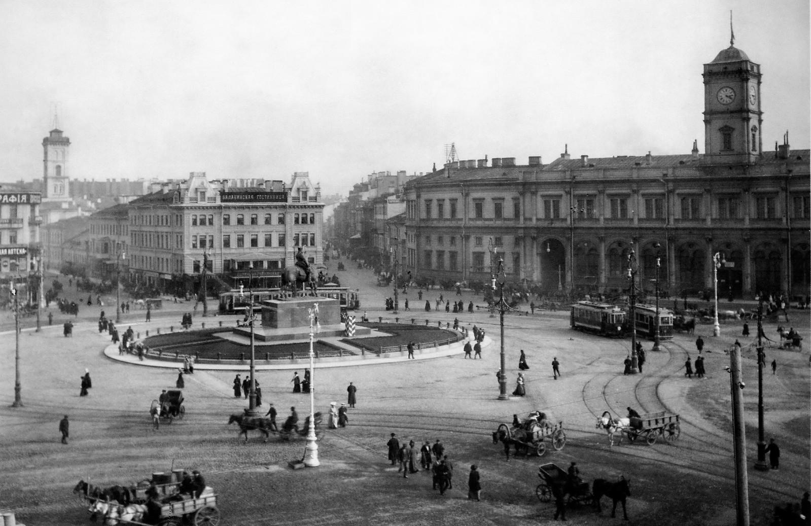 Знаменская площадь. Вид на Николаевский вокзал и памятник Александру III
