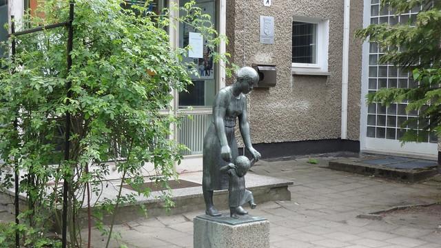 1961 Berlin-O. Der erste Schritt von Walter Sutkowski Bronze Emrichstraße 51 in 12587 Friedrichshagen