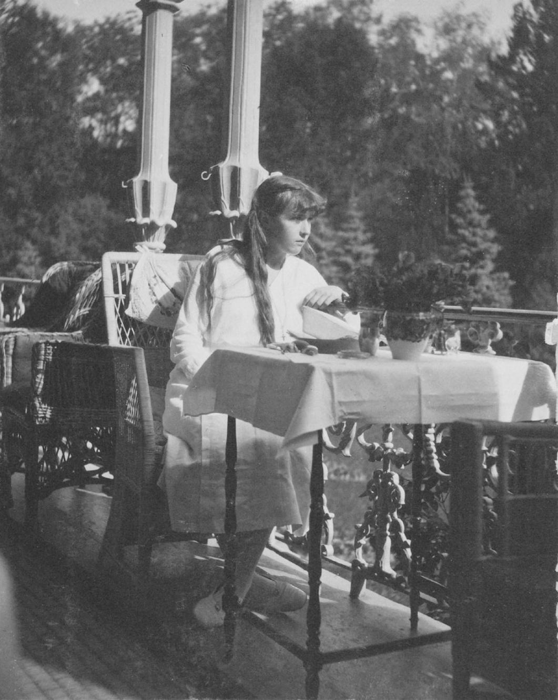 1914. Анастасия на балконе Александровского дворца. Царское село.