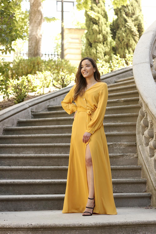 mustard maxy dress poete look de invitada deichman sandals street style outfit9
