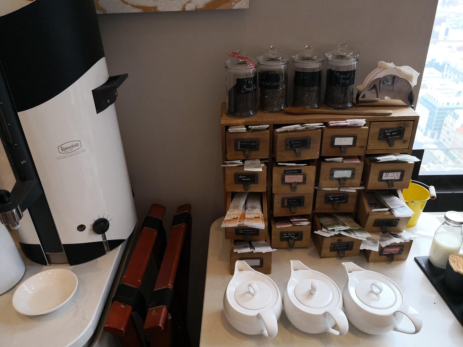 Tea and hot water dispenser