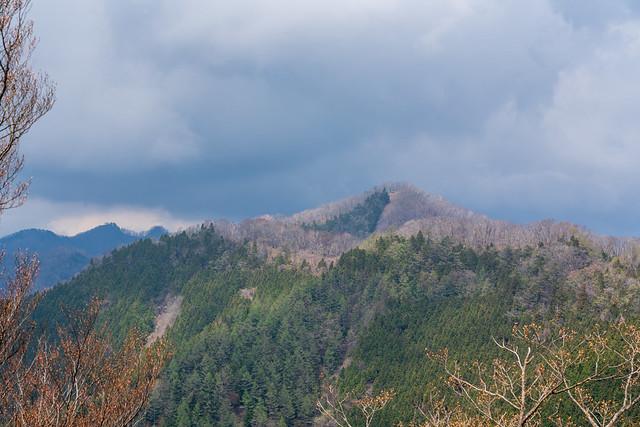 蕎麦粒山の背後に黒い雲@日向沢ノ峰