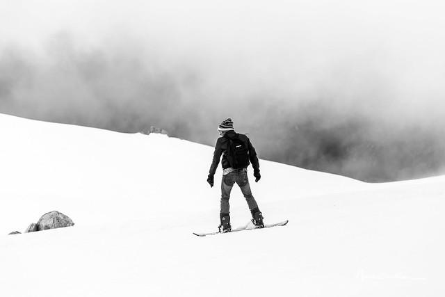 Snowboarder de dos