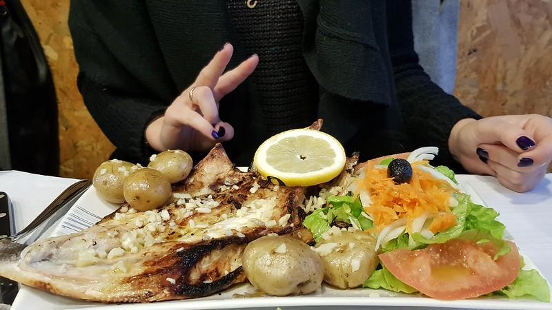 Pesce grigliato con molto aglio