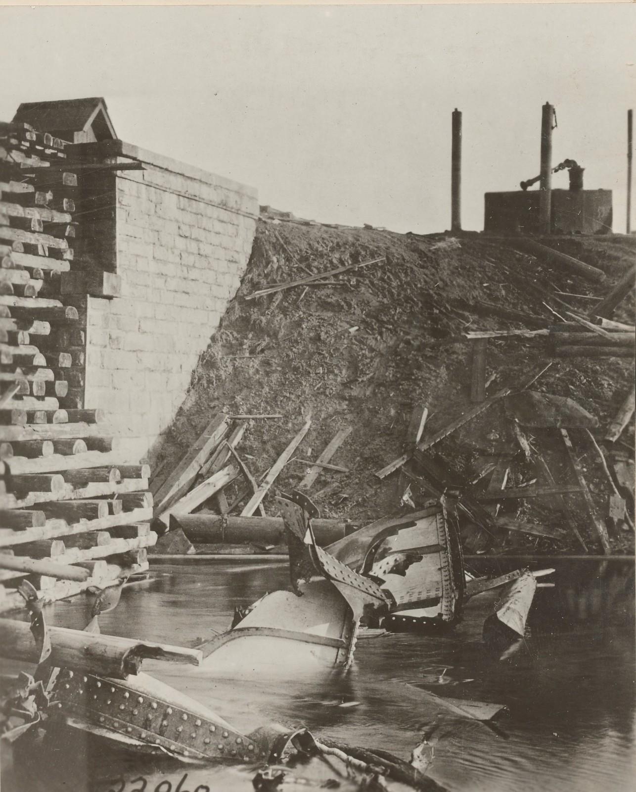 Обозерская. Разрушенный большевиками мост теперь охраняется силами американской армии