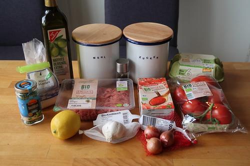 Zutaten für selbstgemachte Ravioli mit Hackfüllung in Tomatensoße