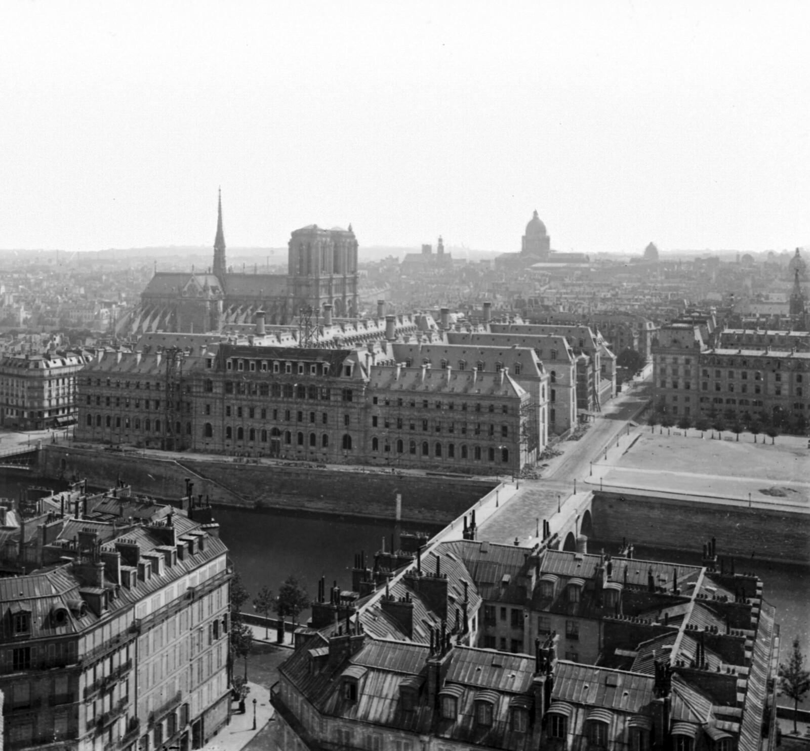 1870. Общий вид с собором Нотр-Дам с главным зданием отелем Дьё в процессе достройки