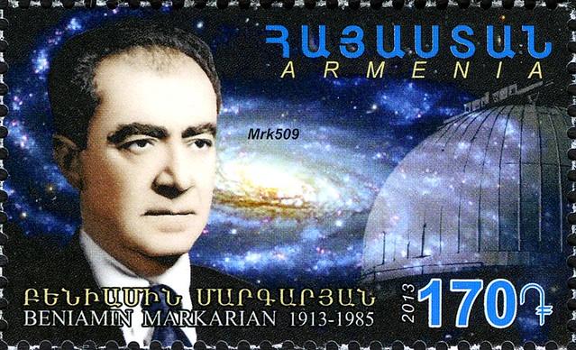 VCSE - Benjamin Markarjan egy, az Egyesült Államokban kiadott bélyegen. Figyeljük meg a latin betűk mellett az örménybetűs írásmódot is. Forrás: wikipedia