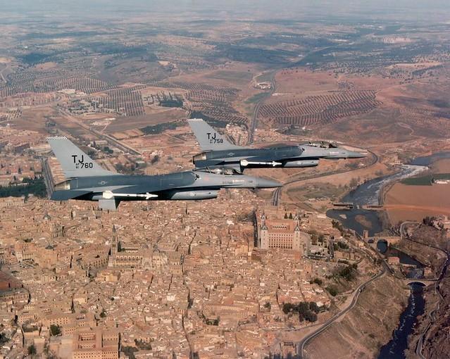 Foto tomada por una formación de F-16 de la USAF de la Base Aérea de Torrejón. Obtenida hacia 1983, aún con el Puente de Azarquiel en construcción.