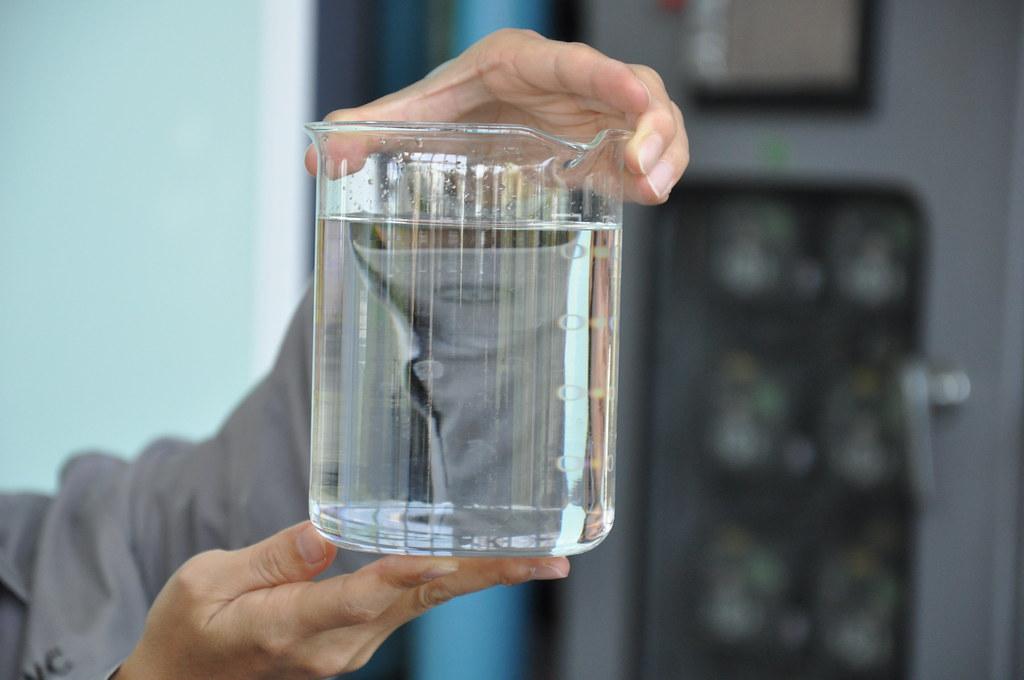 鳳山水資源中心展示經過濾後的水質狀況。孫文臨攝