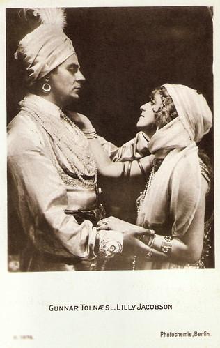 Gunnar Tolnaes and Lilly Jacobsson in Maharadjahens Yndlingshustru (1917)