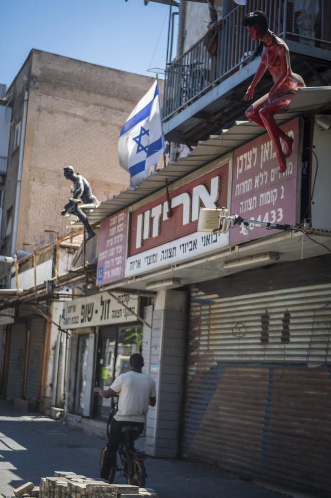 Mannequin migrant surveillance. Tel Aviv, August 2017.