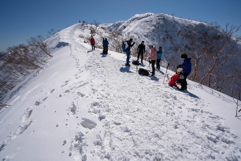 冬の荒島岳を登る登山者