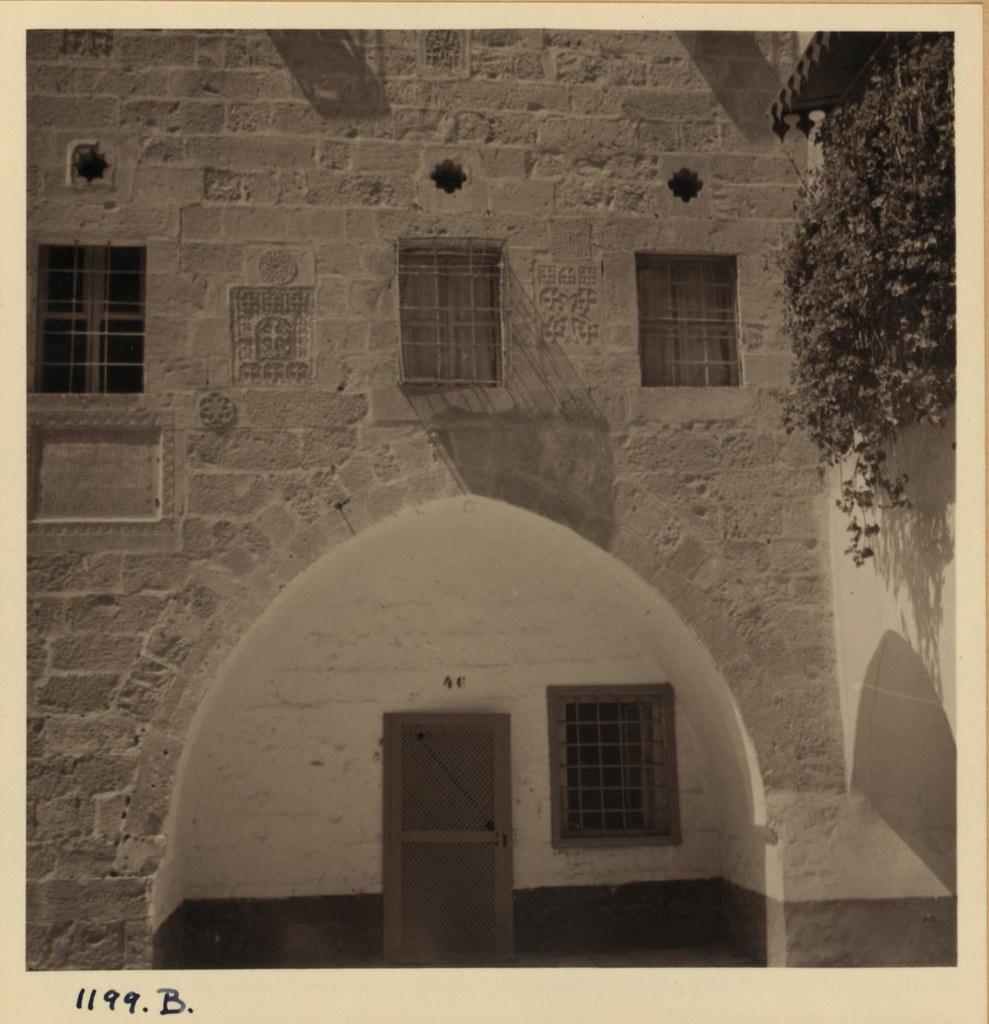 11. Армянский кафедральный собор. Кресты на стенах двора напротив церкви. Март