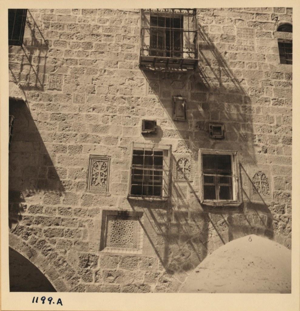 10. Армянский кафедральный собор. Кресты на стенах двора напротив церкви. Март