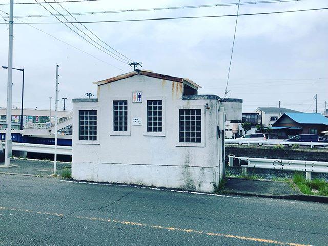 #ブラ猫綱 震災復興公衆便所 @磯子区八幡橋 ネットで検索すれば場所も個数もわかるのだが、あえて自分で見つけていきたい。