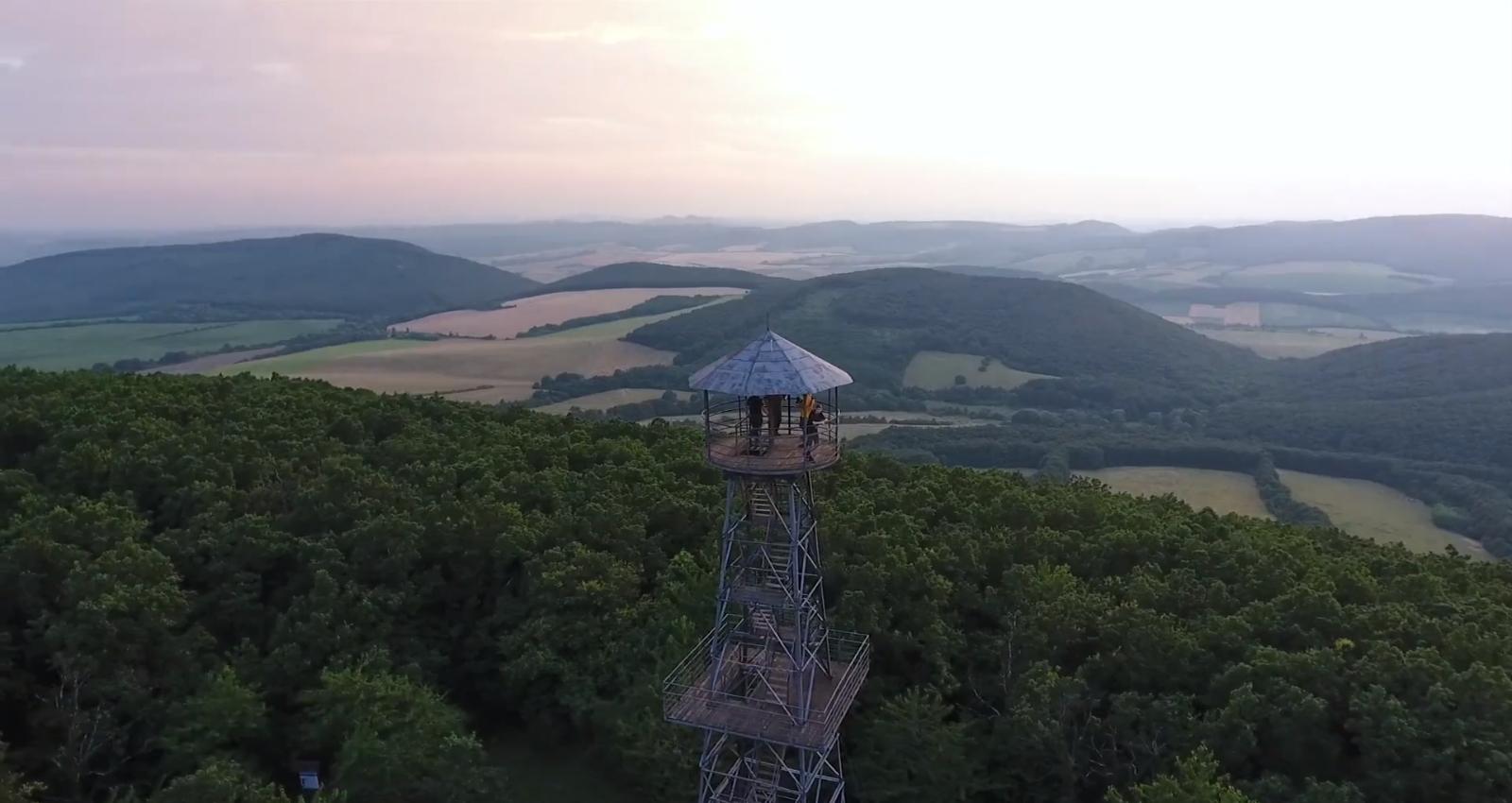 Olajfúrótorony volt Szeged mellett, most kilátó a Cserhát tetején