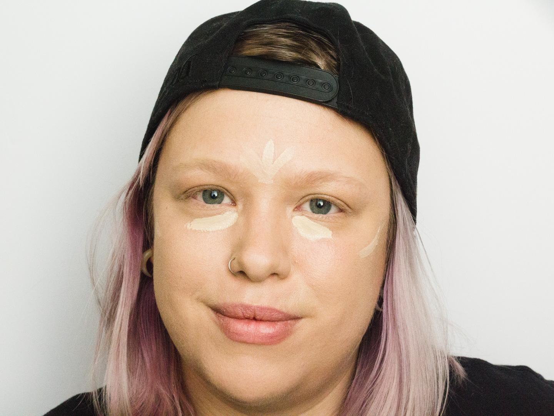 De Makeup Revolution Conceal and Define Concealer aangebracht