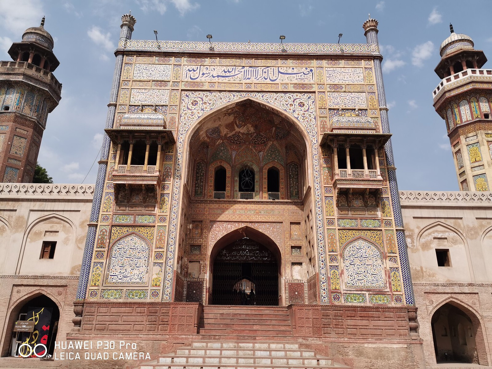 Wazir Khan Mosque Entrance Picture with auto mode on Huawei P30 Pro