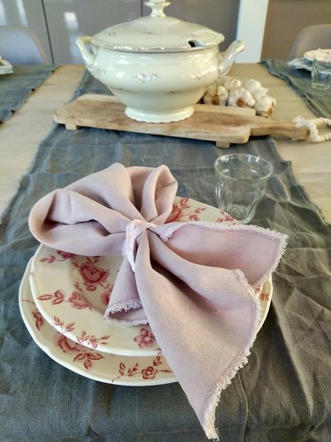 Servies met roze bloemen en servet