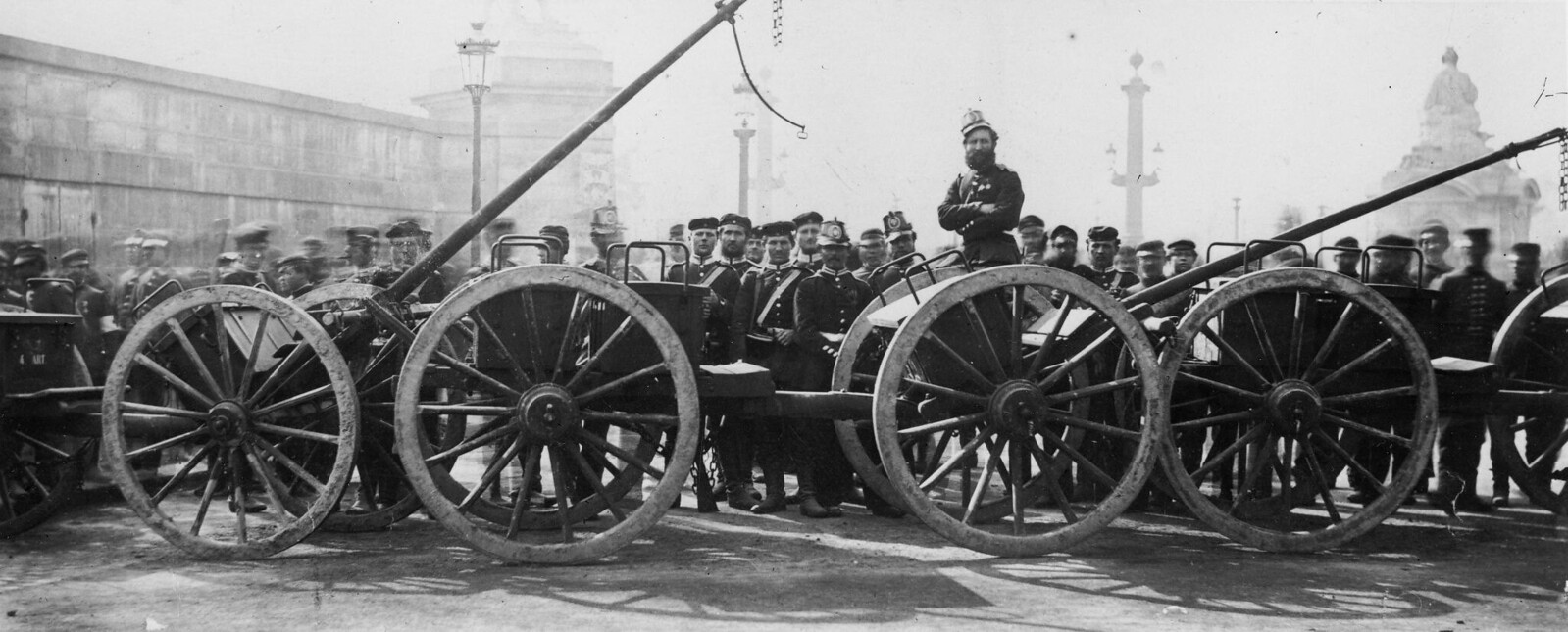 17. 1871. Прусские войска  на площади Согласия после оккупации Парижа во время франко-прусской войны 17 февраля