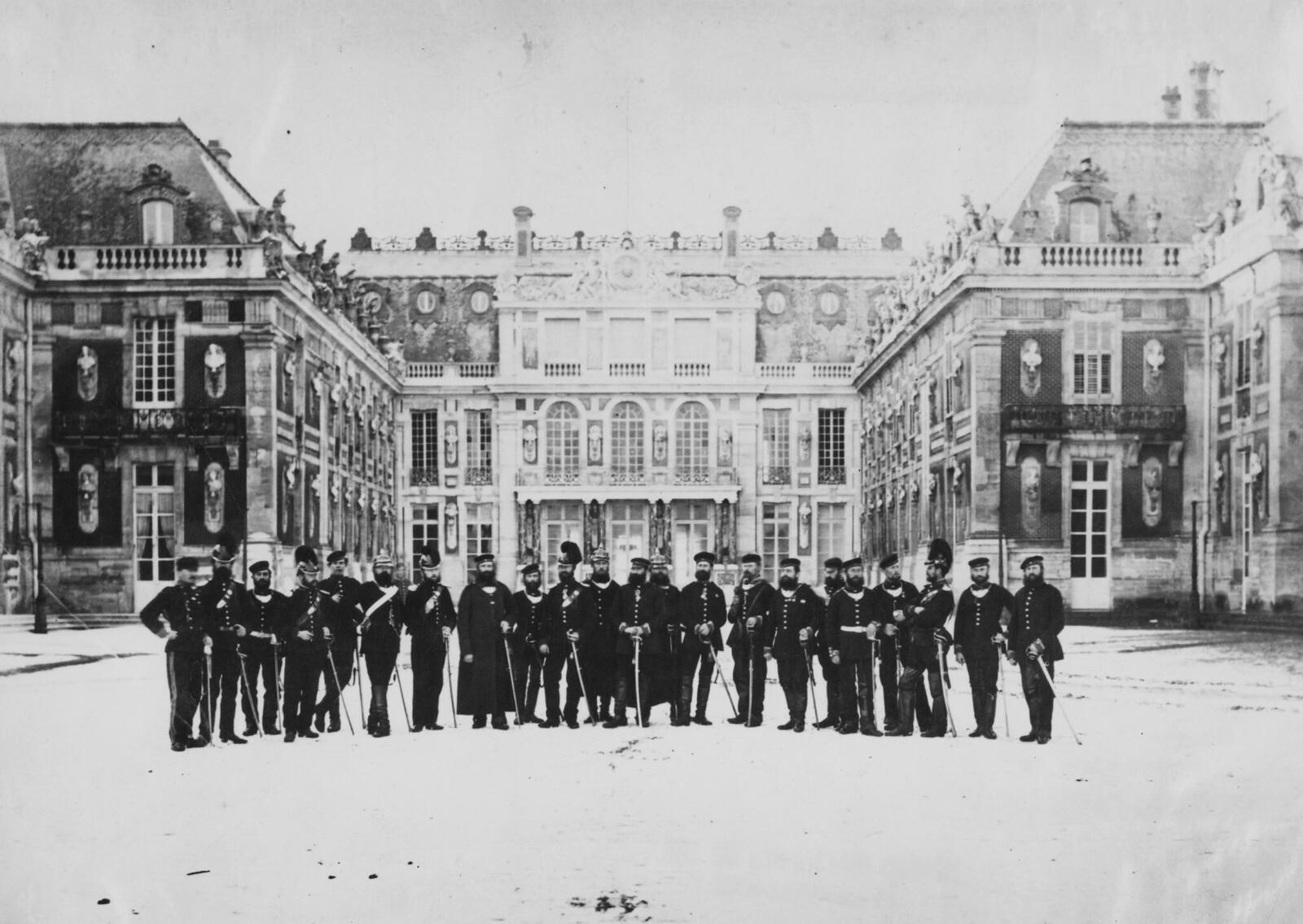 15. 1871. Прусская военная полиция перед Версальским дворцом во время оккупации Парижа во время франко-прусской войны 6 января