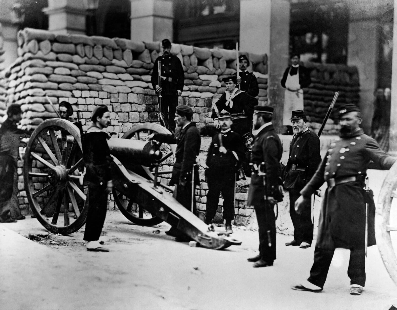 11. 1870. Солдаты за баррикадой на улице Кастильоне в Париже во время франко-прусской войны