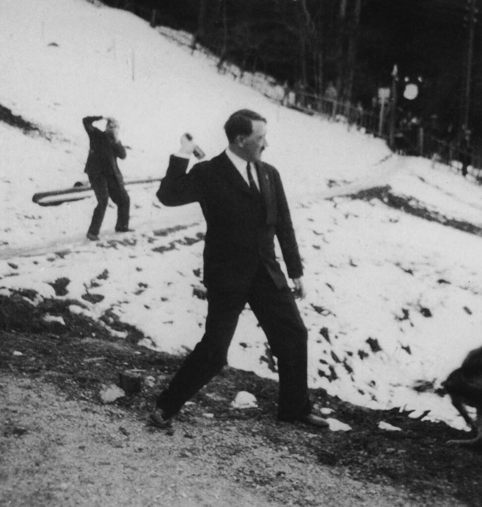 Адольф Гитлер практикуется в метании гранат на снежном склоне горы возле своей резиденции в Бергхоф, Берхтесгаден