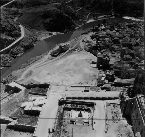 Foto aérea del entorno del Alcázar de Toledo tomada entre 1953 y 1955. Fondo Trabajos Aéreos y Fotogramétricos, S. A. (TAF) © Arxiu Nacional de Catalunya, Generalitat de Catalunya