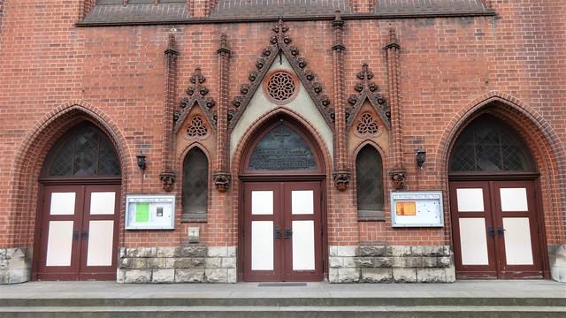 1907/10 Berlin spitzbogige Portale mit Wimperg (Mitte) evangelische Paul-Gerhardt-Kirche von Gustav Werner Wisbyer Straße 7 in 10439 Prenzlauer Berg