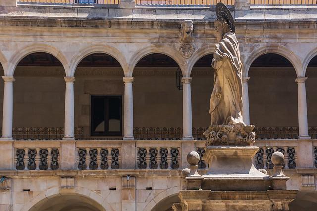 Sant Pau enmig del claustre de la Casa de Convalescència de Barcelona
