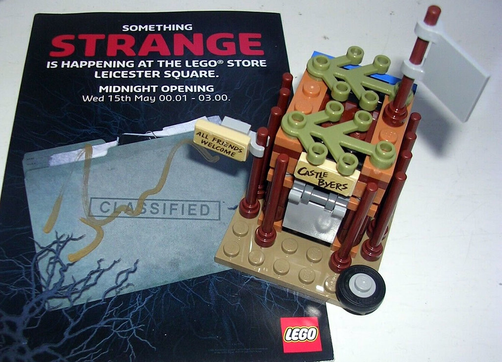 RARE Lego Store Event Stranger Things Castle Byers mini build and Autographed flyer
