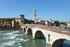 Verona, Stadtrundfahrt mit Reiseleiter, vorerst per Bus: Ponte Pietra, um 100 v. Chr.