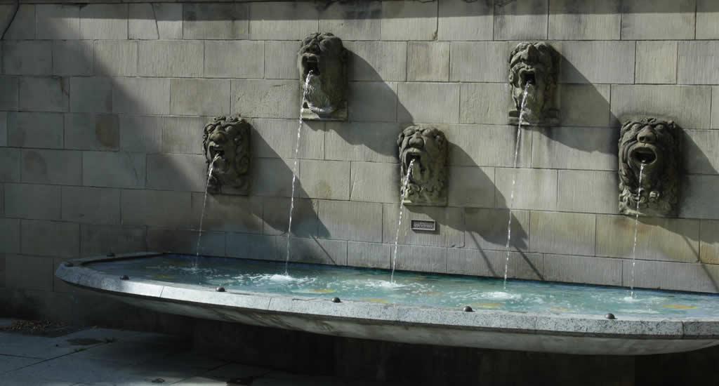 Fontein bij de Cathedrale de Notre Dame, Luzembourg | Mooistestedentrips.nl