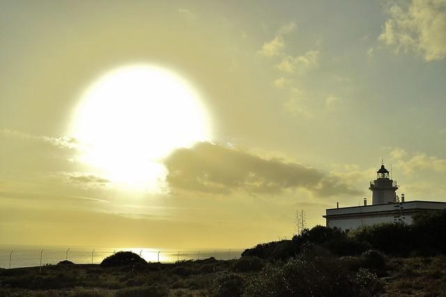 SOL ALUMBRANDO LA LUZ DE UN FARO. SUN LIGHTING THE LIGHT OF A LIGHTHOUSE