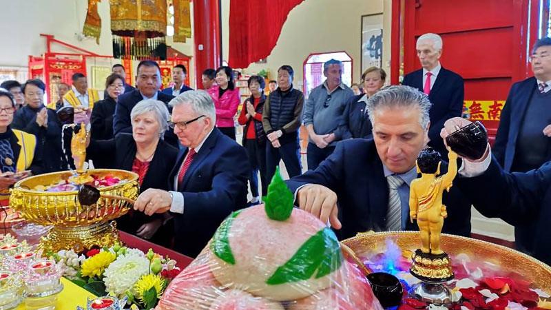 Tamu undangan VIP mengikuti tradisi pemandian rupaka Bodhisattva
