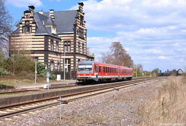 629 305 auf der Eifel-Pellenz-Bahn von Andernach nach Kaisersesch beim Halt in Kruft am 8.04.12