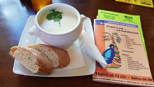 Spargel-Creme-Suppe mit Baguette ((im Kneipen-Cafe-Restaurant Balou in Osnabrück)