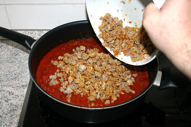 39 - Hackfleisch in Sauce geben / Put ground meat in sauce