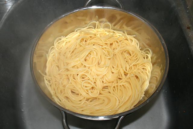 34 - Spaghetti abtropfen lassen / Drain spaghetti