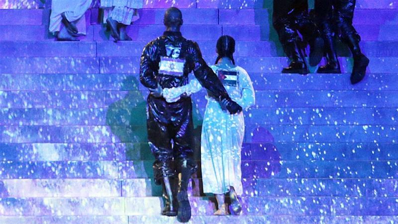 穿著巴勒斯坦與以色列國旗的舞者手挽著手。(圖片來源:EPA)