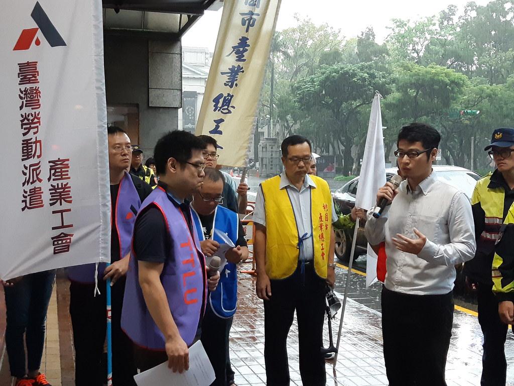 派遣產業工會到勞動部提出派遣立法的建議,勞動關係司科長劉政彥(右二)出面回應。(攝影:張智琦)