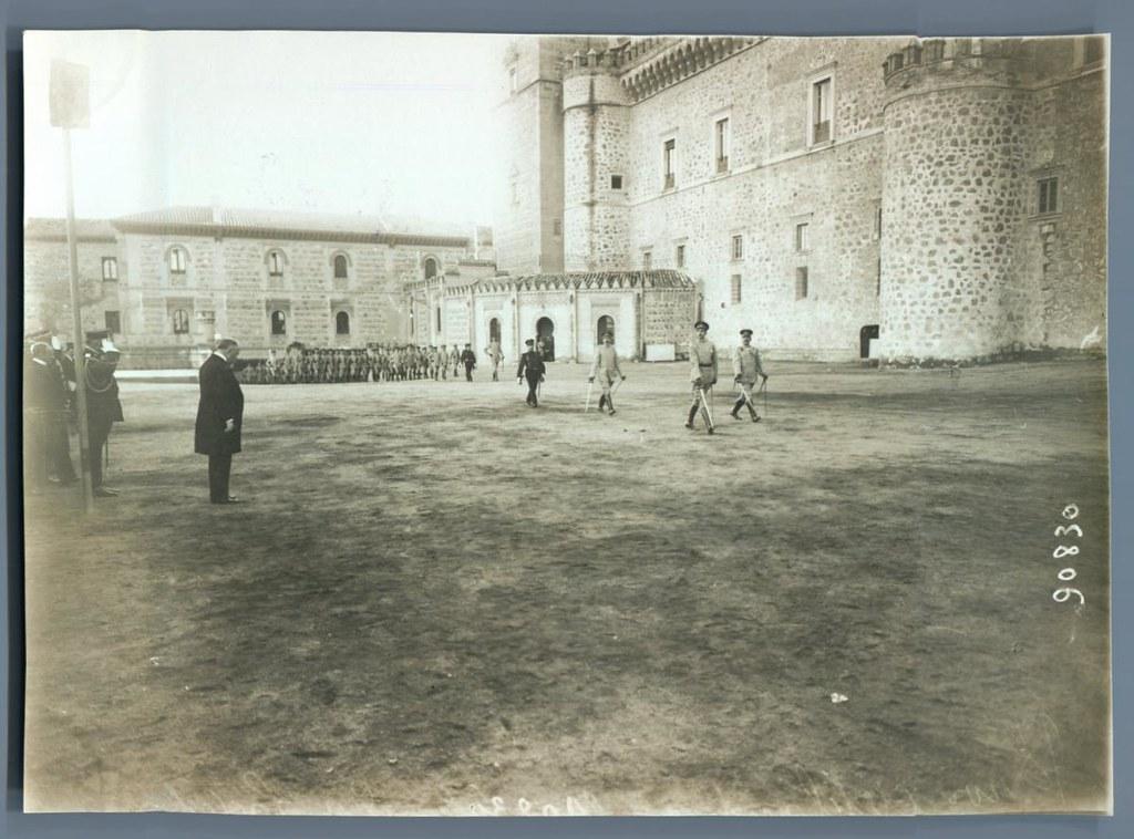 Visita a Toledo del presidente francés Poincaré en octubre de 1913. Al fondo el paso curvo de Capuchinos al Alcázar.