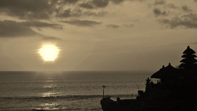 INDONESIEN, Bali -  Sonnenuntergang am Meerestempel Pura Tanah Lot am Ind. Ozean, (serie) 18225/11506