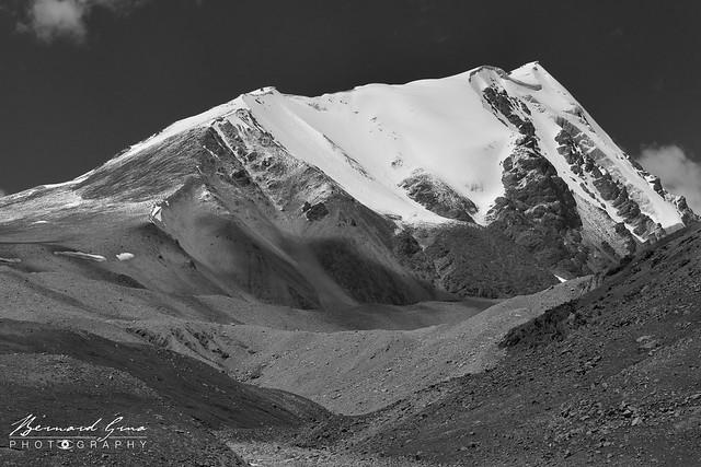 Sommet et moraine glacière au Col de Kunjerab (4 693 m) sur la Karakoram Highway Photo Bernard Grua