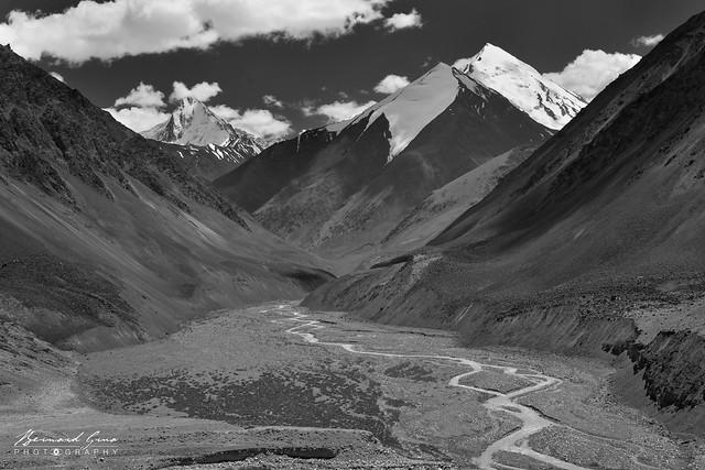 Derniers lacets avant le col de Kunjerab (4 693 m) sur la Karakoram Highway Photo Bernard Grua
