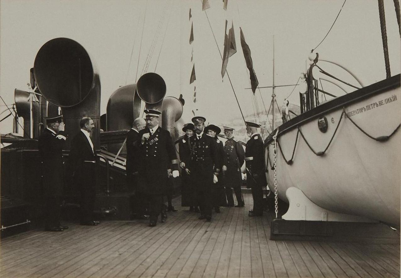 1913. Император Николай II с дочерьми на палубе «Император Петр Великий»