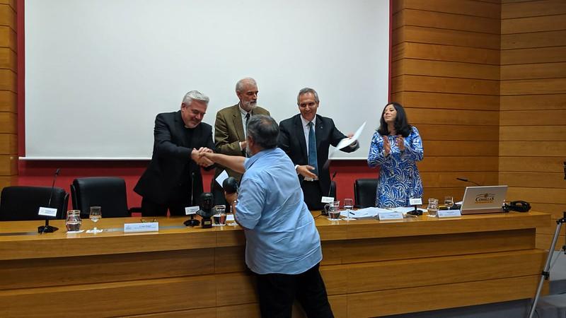 Javier Baeza recibió el premio en nombre de Helena Maleno