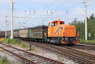 Mit vollem Kokszug müht sich die orange Lok im Bottroper Hafen ab