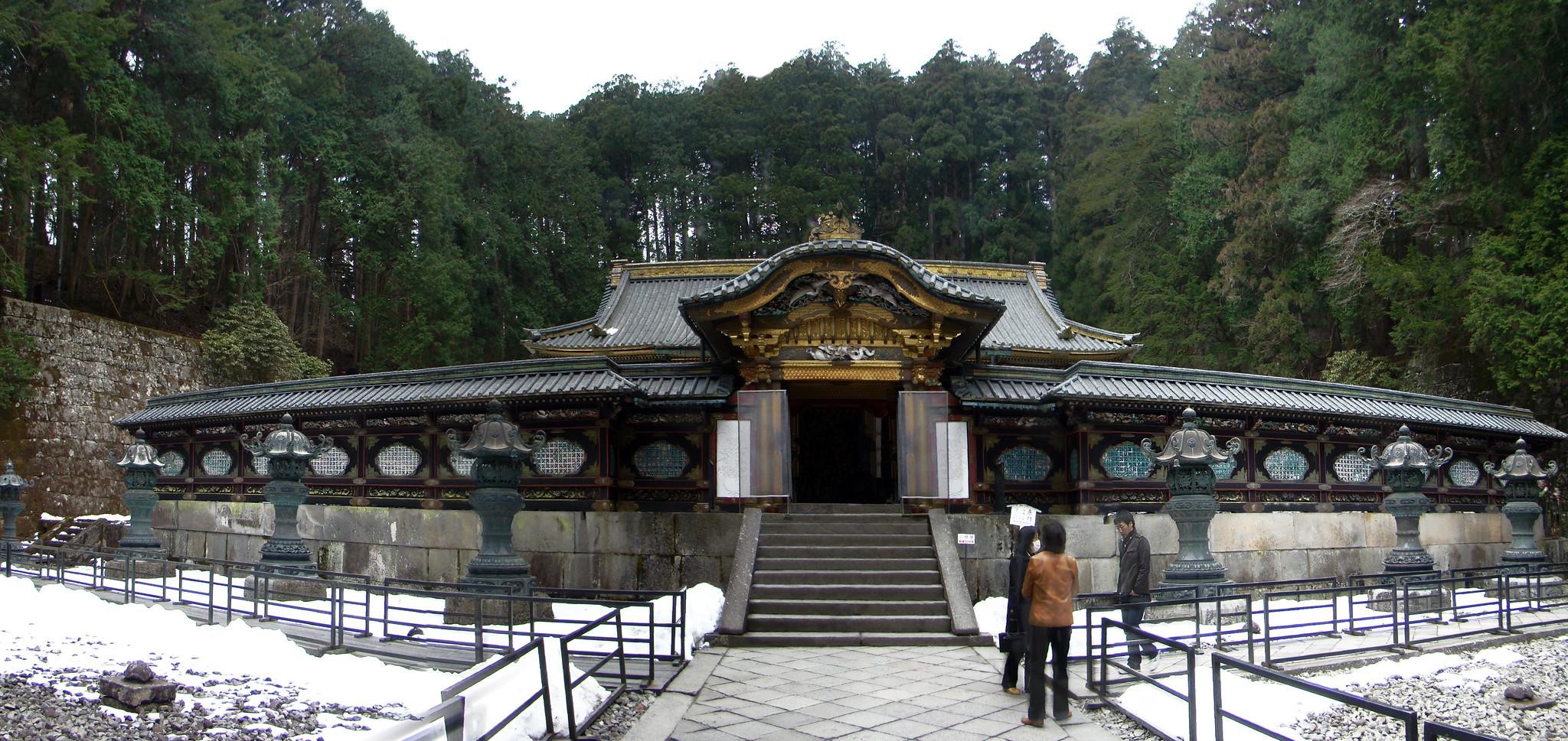 Karamon puerta Mausoleo Lemitsu o Taiyuinbyo de Nikko Japon